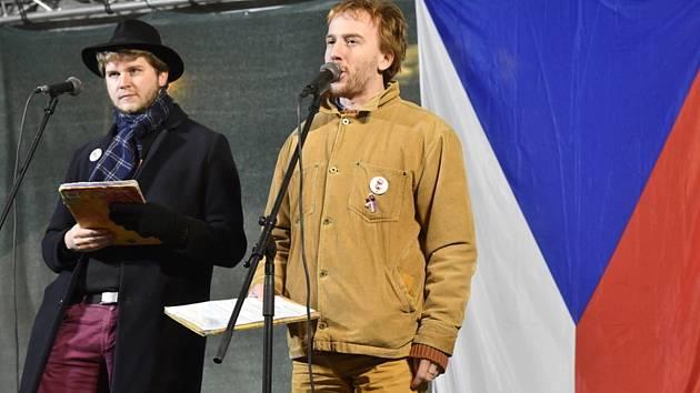 Místopředseda spolku Milion chvilek pro demokracii Benjamin Roll (vlevo) a předseda spolku Mikuláš Minář