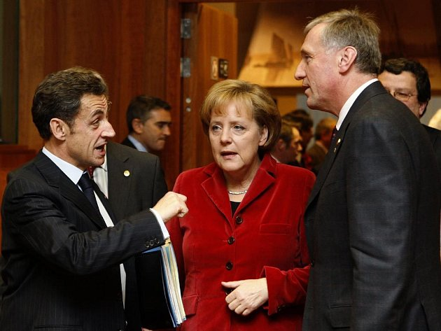 Francouzský prezident Nicolas Sarkozy, německá kancléřka Angela Merkelová a český premiér Mirek Topolánek (zleva) na dvoudenním summitu šéfů 27 států a vlád Evropské unie.