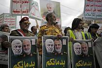 Smuteční průvod v jemenském Saná za íránského generála Kásema Solejmáního a zástupce velitele PMF Abú Mahdího Muhandise na snímku ze 6. ledna 2020