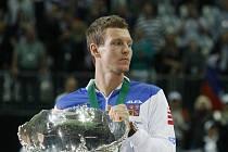"""Tomáš Berdych s vytouženou """"salátovou mísou"""" pro vítěze Davis Cupu."""
