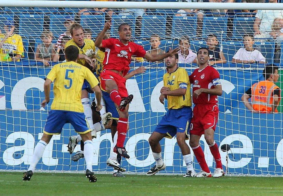 Teplice - Hapoel Tel Aviv: domácí Ljevakovič (5) v obranné akci před gólmanem Grigarem.