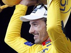 Fabian Cancellara ve žlutém trikotu lídra Tour de France.