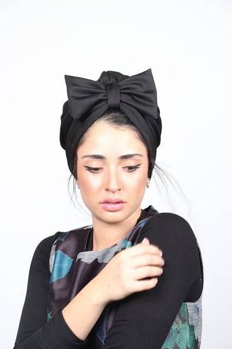 Turban nosí hlavně Turkyně a turečtí muži. Zakrývá pouze vlasy a část uší.