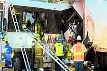 Třináct lidí dnes zemřelo a 31 utrpělo zranění při srážce autobusu s kamionem poblíž Palm Springs v Kalifornii.