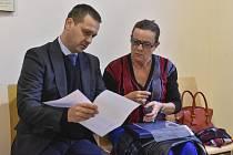 Alena Vitásková a Tomáš Gřivna - Na jihlavském Okresní soudu pokračovalo 16. října 2019 soudní líčení s bývalou předsedkyní Energetického regulačního úřadu Alenou Vitáskovou (vpravo). Vlevo její obhájce Tomáš Gřivna.