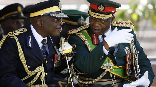 Africké státy se obávají vpustit čínské zbraně určené pro Zimbabwe na pevninu. Na snímku z oslav zimbabwské nezávislosti z 18. dubna jsou velitel armády generál Constantine Chiwengwa (vpravo) a policejní šéf Augustine Chihuri.