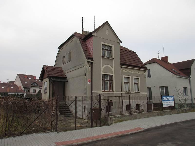 Původní domek s vikýři v podkroví měl sice svoje kouzlo, ale příliš prostoru nenabízel.
