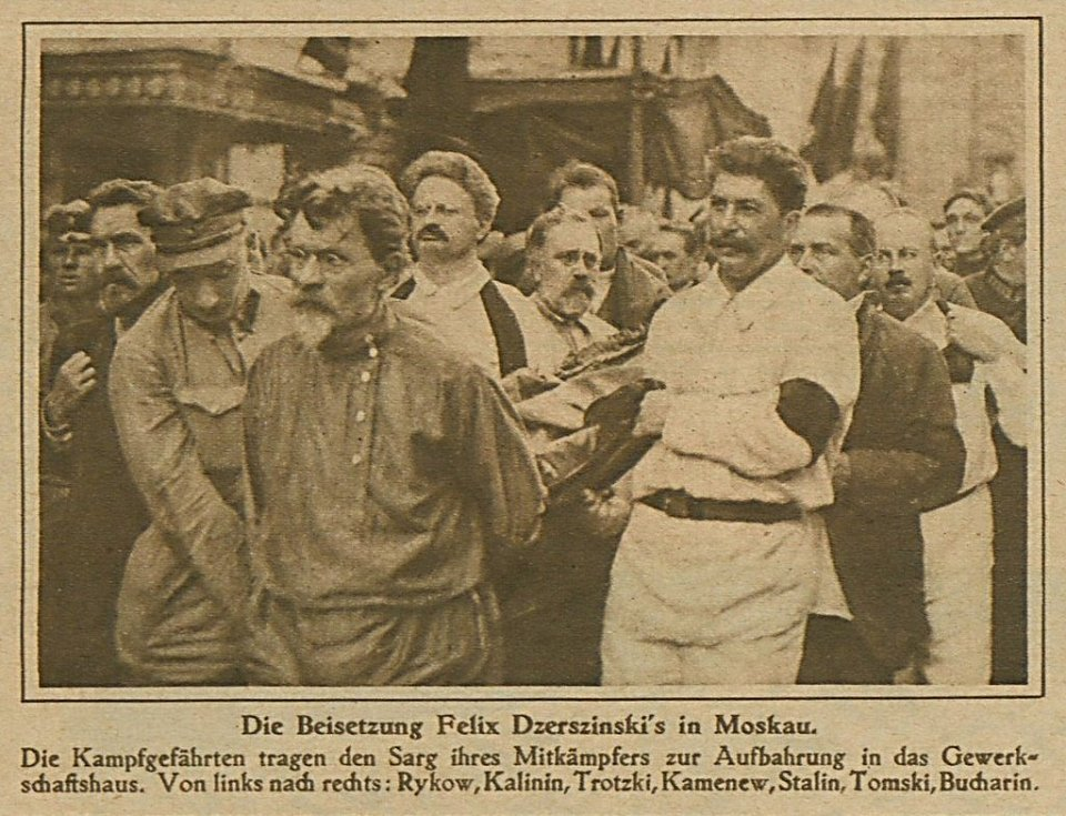 Lev Davidovič Trockij a Josif Vissarionovič Stalin nesoucí rakev Felixe Dzeržinského 30. července 1926