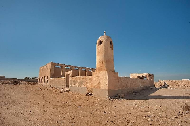 Na severozápadním pobřeží Kataru se nachází několik málo známých měst duchů. Jejich architektura vypráví o bývalém způsobu života obyvatel. Centrem všeho byla mešita. Na snímku chrám města duchů Al Jumail.