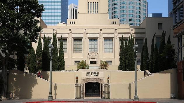 Vchod do losangeleské Ústřední knihovny v centru Los Angeles, ulice South Hope Street