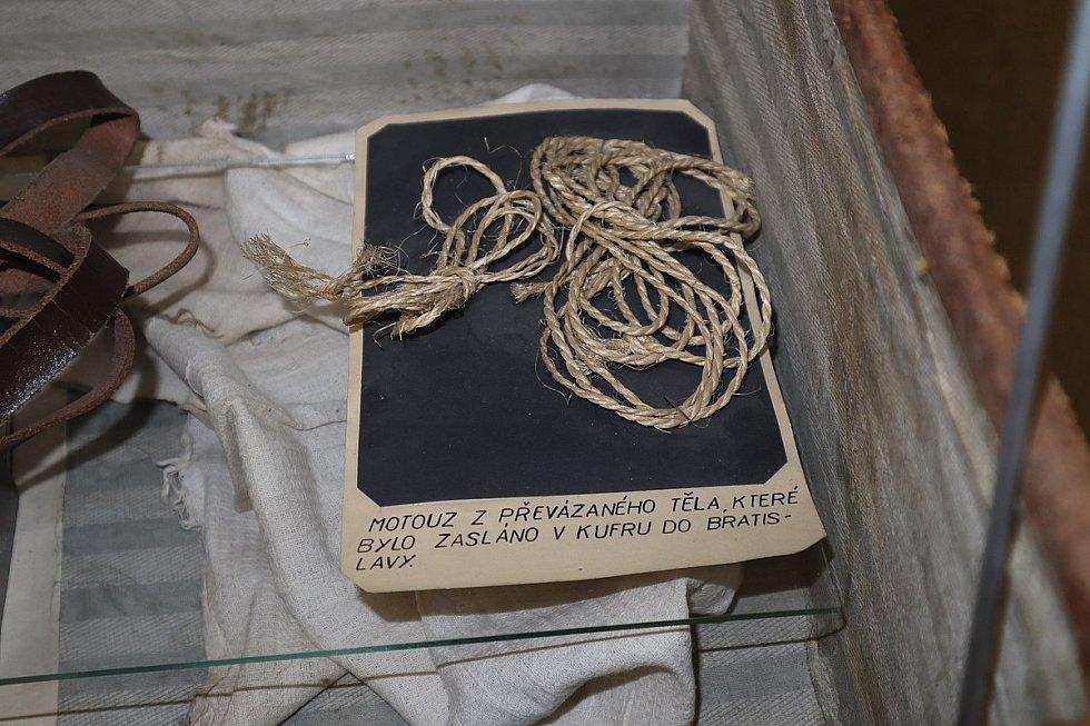 V expozici kriminalistiky Muzea Policie ČR je vystaven i motouz, jímž byly balíky s kusy lidského těla převázány