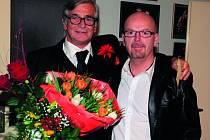 PO PREMIÉŘE MOJÍ HRY. Majitel Kalichu Michal Kocourek s hlavním představitelem lehce pohřební komedie Jiřím Bartoškou.