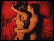 LOVE. Karl Glusman a Aomi Muyocková jako Murphy a Electra, Noého moderní hrdinové uvízlí v tenatech sexu.