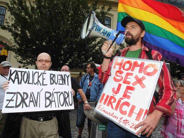 Martin Putna (vlevo) v průvodu Prague Pride 2011