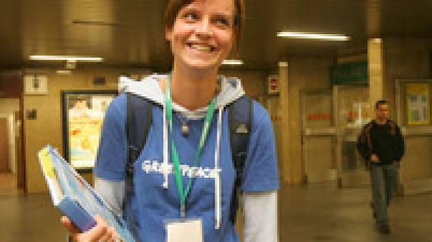 Dobrovolnice Greenpeace v pražském metru shání sponzory