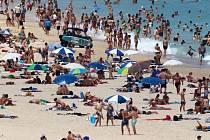 Lidé na pláži v australském Sydney.