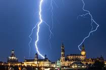 Blesky při letní bouři nad Drážďanami. Ilustrační foto