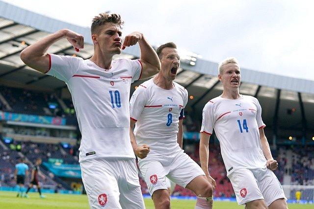 Patrick Schick, Vladimír Darida a Jakub Jankto (zleva) slaví gól v chorvatské síti.