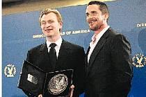 ÚSPĚŠNÝ FILMAŘ. Režisér Christopher Nolan (vlevo) převzal v lednu cenu od asociace režisérů v Hollywoodu (Directors Guild of America Awards) za Temného rytíře.