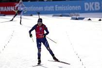 Italská biatlonistka Dorothea Wiererová dojíždí do cíle závodu s hromadným startem v Hochfilzenu třetí. Nahoře je čtvrtá Markéta Davidová z ČR