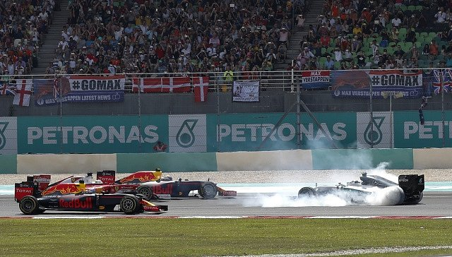 Sebastian Vettel trefil Nico Rosberga a roztočil ho.