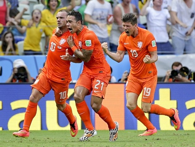 Wesley Sneijder (vlevo) se raduje se spoluhráči z gólu proti Mexiku.