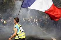 Muž s francouzskou vlajkou na demostraci za ochranu klimatu v Paříži