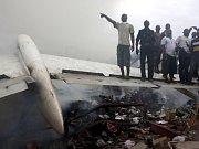 Trosky havarovaného letadla v Lagosu