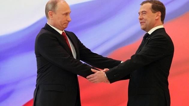 Vladimír Putin se ujal funkce prezidenta. Gratuluje mu jeho předchůdce Dmitrij Medveděv.