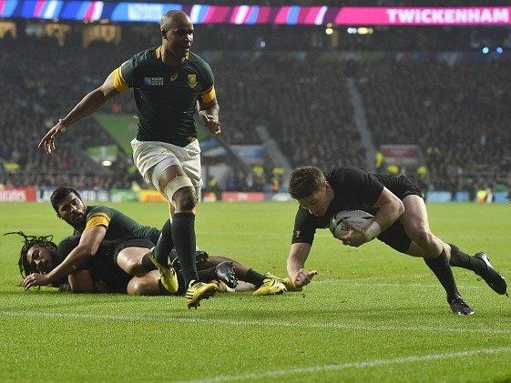 Semifinále mistrovství světa v rugby: Nový Zéland porazil Jihoafrickou republiku 20:18.
