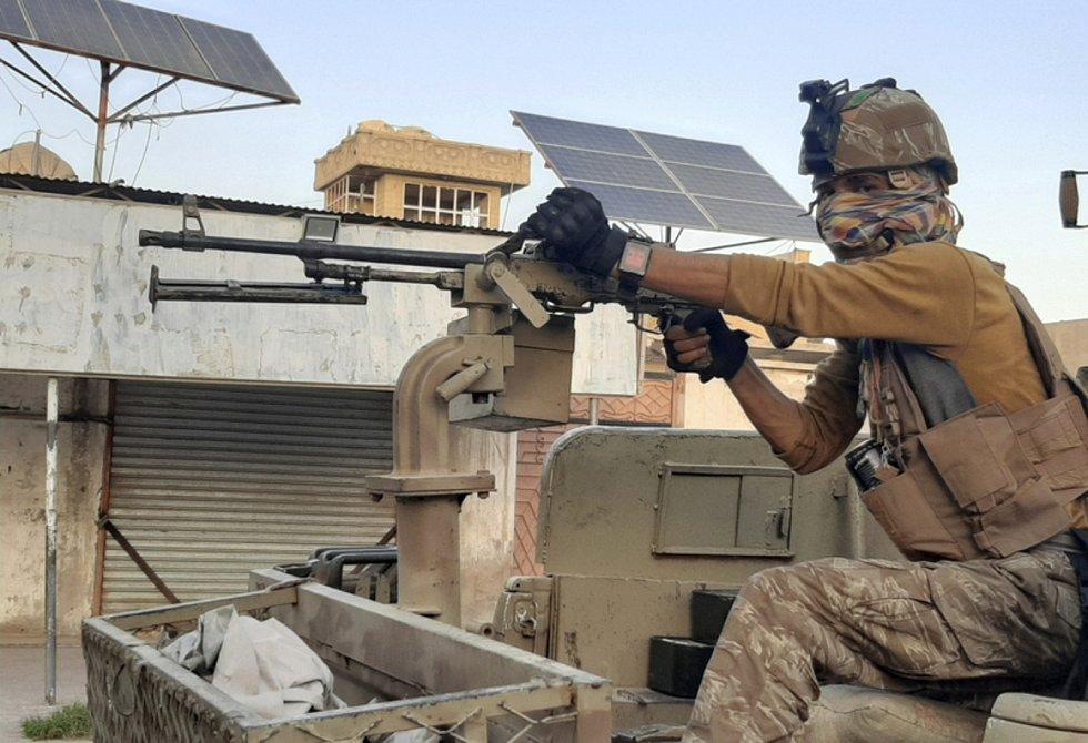 Příslušník speciálních sil afghánské armády hlídkuje ve městěLaškar Gah