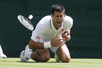 Novak Djokovič ve 3. kole Wimbledonu ošklivě upadl. Nakonec ale slavil postup.