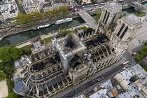 Pařížská katedrála Notre-Dame poničená požárem na letecké fotografii