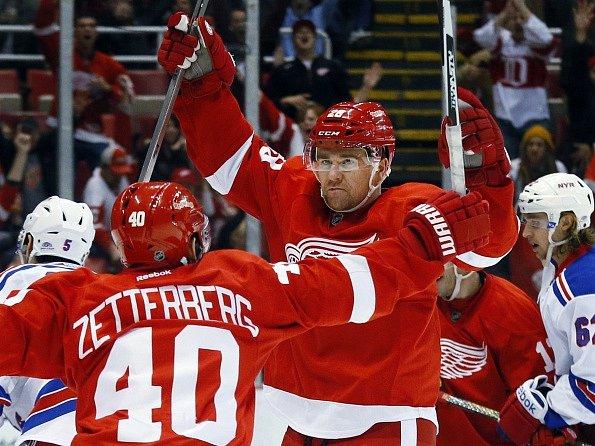 Marek Židlický se raduje z premiérového gólu za Detroit Red Wings.