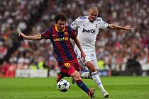 Kanonýr Barcelony Lionel Messi (vlevo) a Pepe z Realu Madrid.