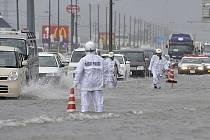 Tajfun Roke dorazil k jihovýchodním břehům centrálního Japonska. Živel si vyžádal již pět obětí na lidských životech, další dvě osoby jsou pohřešovány
