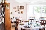 Komorní prostředí staré chalupy. Hosté restaurace Bistrot de papa sedí vlastně v původním obýváku Rémiho rodiny.