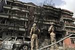 Příslušníci afghánských bezpečnostních jednotek před kábulským ústředí afghánského exministra vnitra Amrulláha Sáliha, které se stalo terčem útoku