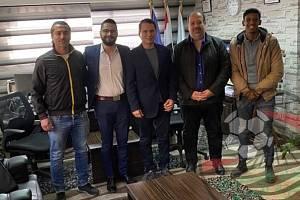 Fotbalista Ezzeldin Bahader (uprostřed) skóroval v 75 letech