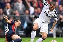 Dani Alves z Juventusu (v bílém) při utkání s FC Janov.