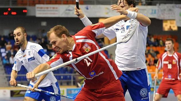 Florbalista Tomáš Chrapek (v červeném) a Mika Kohonen z Finska v zápase turnaj Euro Floorball Tour.