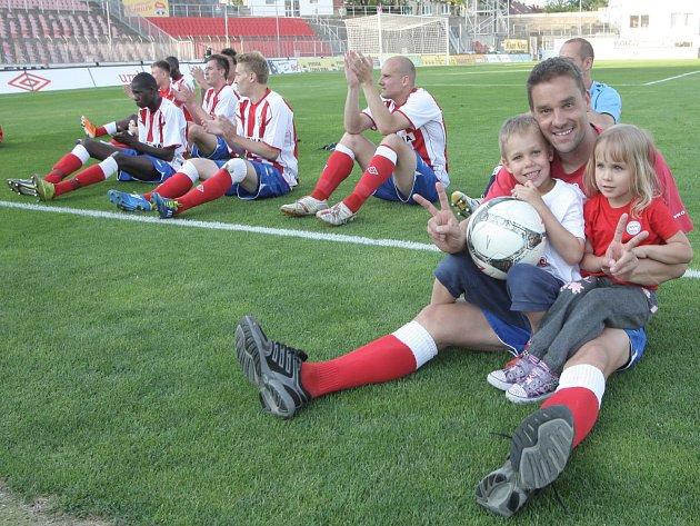 Fotbalisté Brna se radují z vítězství.
