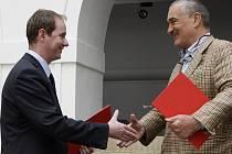 Předseda hnutí Starostové a nezávislí Petr Gazdík a předseda TOP 09 Karel Schwarzenberg po podpisu dohody