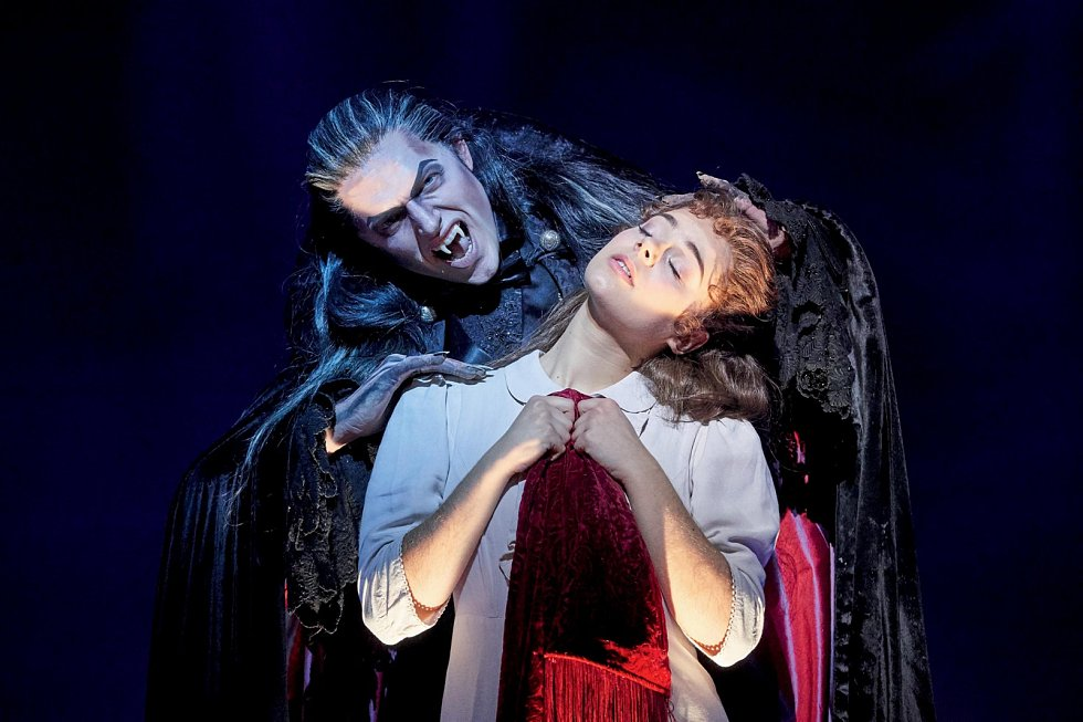 Šarmantní hrabě von Krolock se v noci mění v krvelačného upíra. Jan Kříž ve světovém muzikálu Ples upírů exceloval na německých scénách.