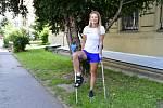 Irena Gillarová si musí ještě počkat, než se vrátí k tréninku. Zatím si aspoň vyzkoušela oštěpařský postoj s francouzskou holí