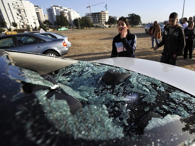 Poškozené vozidlo v Aškelonu po loňském raketovém útoku u pásma Gazy.