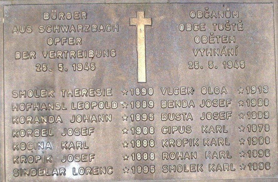 Jména popravených na kameni, který nechal na místo tragédie přivézt Ferdinand Korbel.