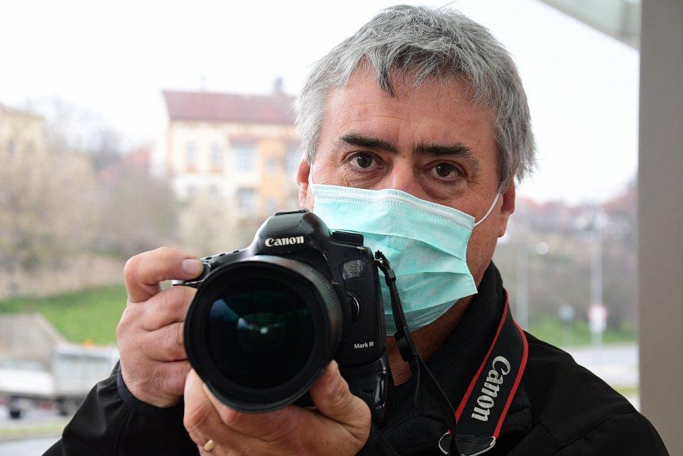 Krajský fotoreportér severočeských Deníků Karel Pech v akci.