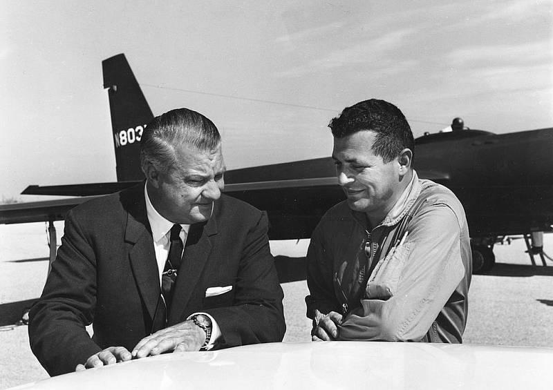 Clarence Johnson a Francis Gary Powers před letadlem U-2