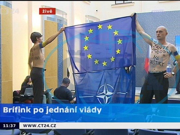 Tiskovou konferenci kabinetu dnes narušila dvojice mužů, kteří protestovali proti postoji české vlády a premiéra Bohuslava Sobotky (ČSSD) vůči Ukrajině.